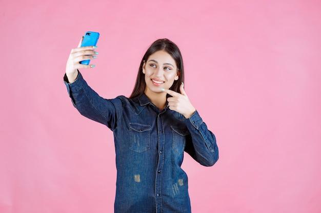 Meisje dat een videogesprek voert of selfies maakt