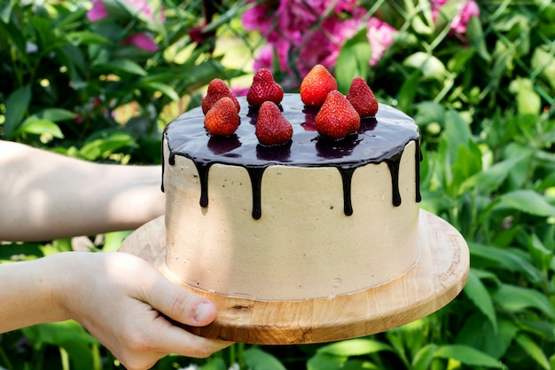 Meisje dat feestelijke chocoladecake houdt