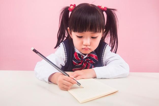 Meisje dat geen huiswerk maakt