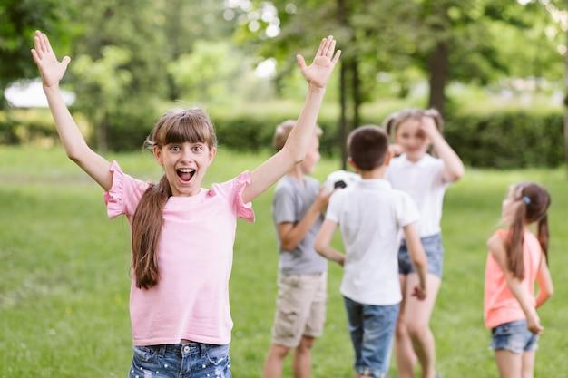 Meisje dat gelukkig is na het winnen van een spel