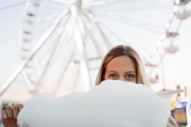 Meisje dat gezicht bedekt met suikerspin