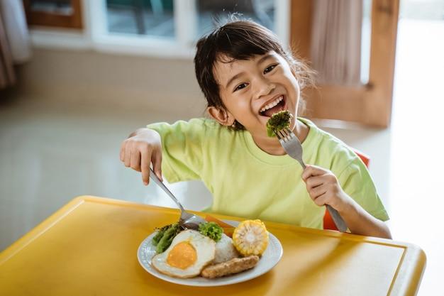 Meisje dat gezond ontbijt heeft thuis