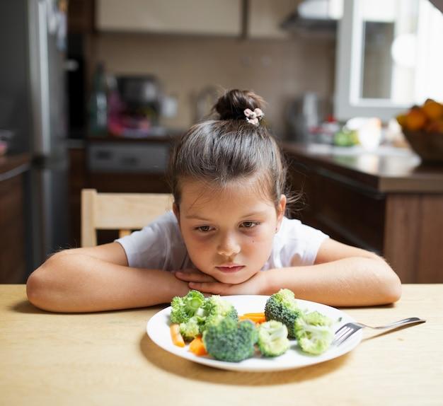 Meisje dat gezond voedsel weigert