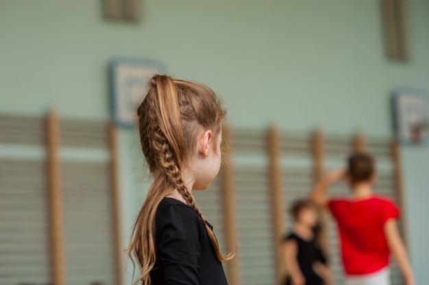 Meisje dat gymnastiek doet. turnster meisje in de sportschool. meisje gymnast in de sportschool.