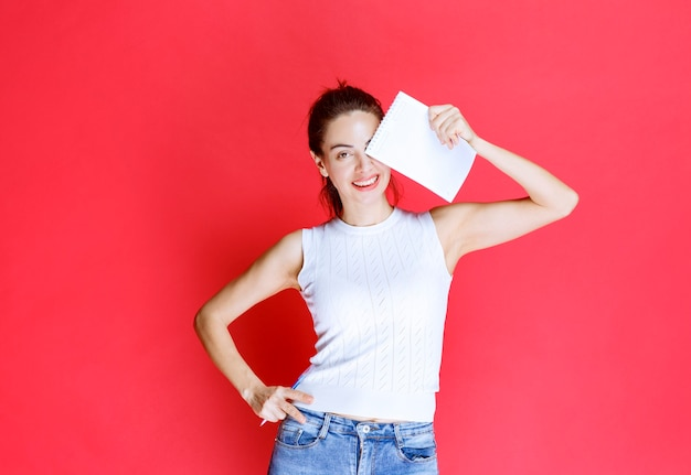 Meisje dat haar examenblad vasthoudt en demonstreert.