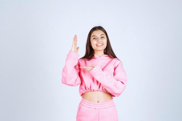 Meisje dat haar hand opheft en wacht om opgemerkt te worden