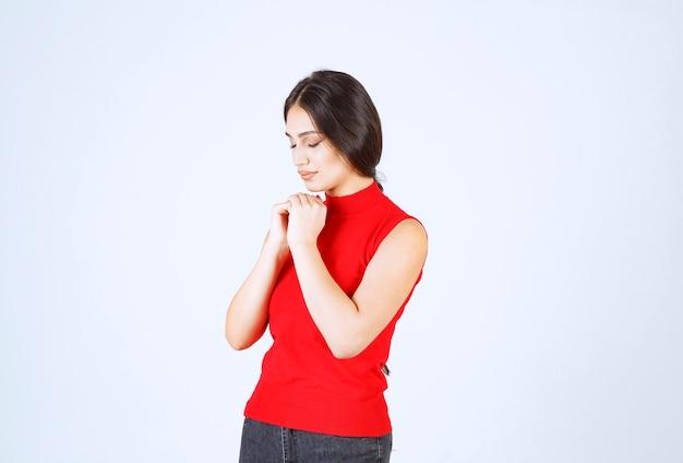 Meisje dat haar handen verenigt en om iets vraagt.