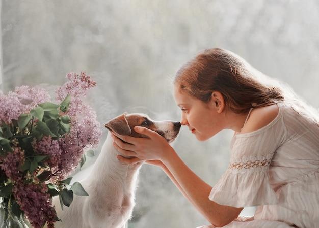 Meisje dat haar hond aait