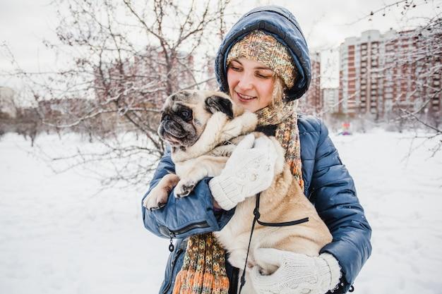 Meisje dat haar hond, huisdier, dierenarts, communicatie met dieren houdt