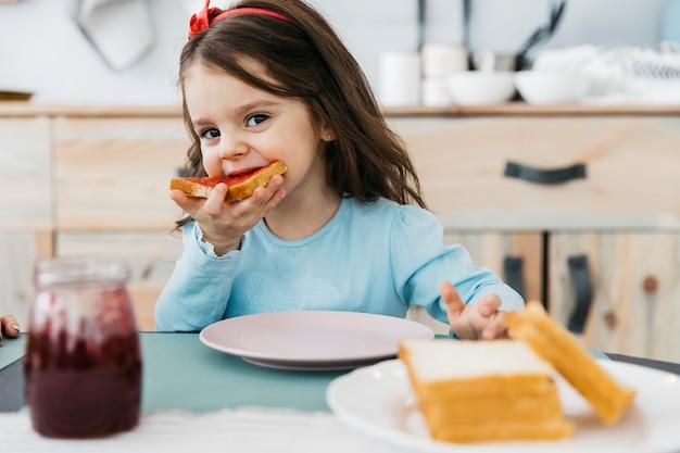 Meisje dat haar ontbijt heeft