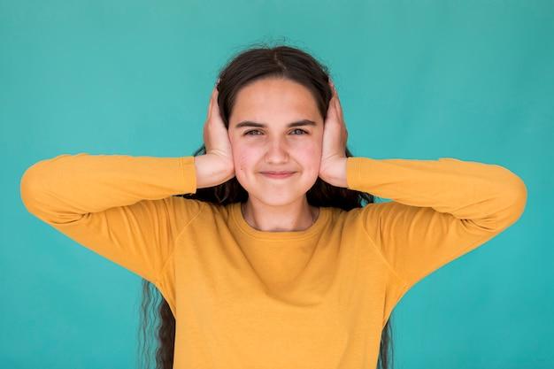 Meisje dat haar oren behandelt
