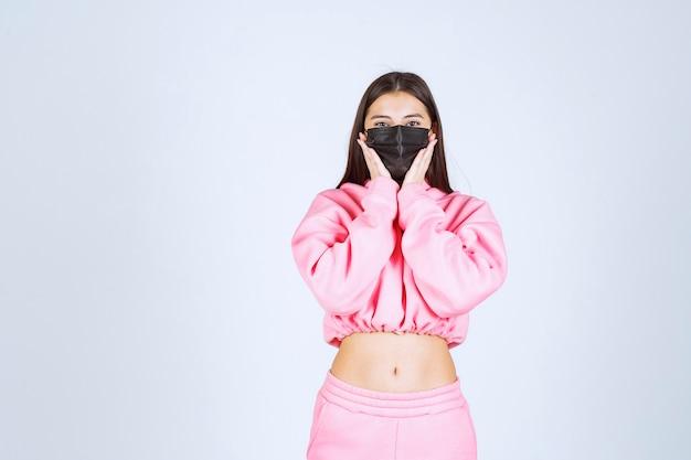Meisje dat haar zwarte masker draagt en zich veilig voelt.