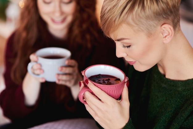 Meisje dat hete thee of glühwein drinkt