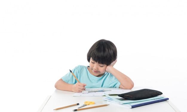 Meisje dat huiswerk, jong geitje briefpapier, onderwijsconcept, terug naar school doet