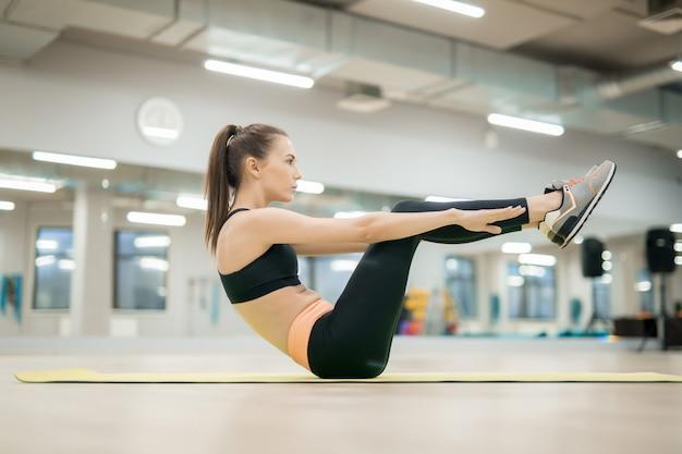 Meisje dat in de gymnastiek uitoefent