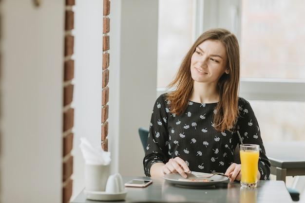 Meisje dat in een restaurant eet