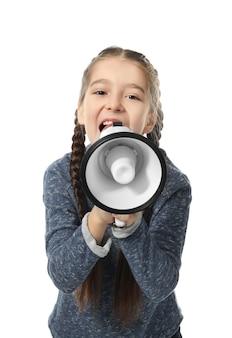 Meisje dat in megafoon op wit schreeuwt