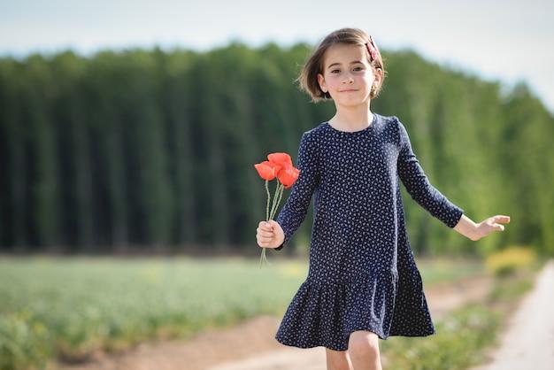 Meisje dat in natuurgebied loopt, die mooie jurk draagt