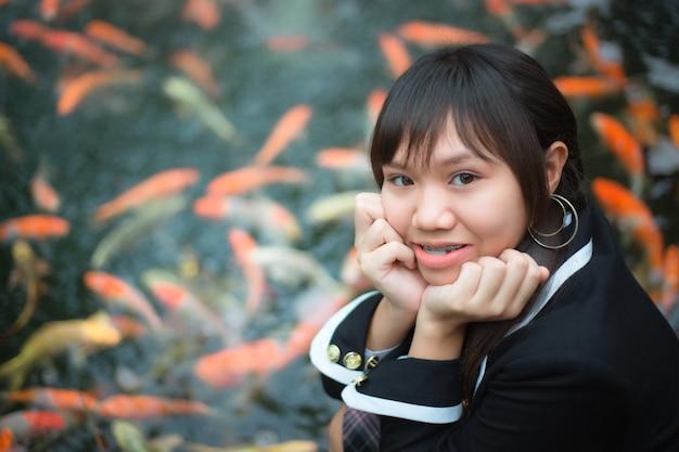 Meisje dat japanse schooluniform draagt.