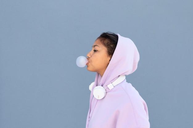 Meisje dat kauwgom middelgroot schot maakt