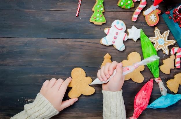 Meisje dat kerstmiskoekjes maakt