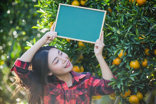 Meisje dat leeg klein greenboard houdt
