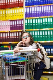 Meisje dat leveringen in een winkel koopt