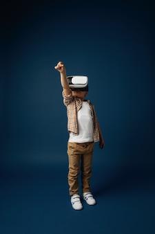 Meisje dat met de geïsoleerde bril van de virtuele werkelijkheidshoofdtelefoon springt