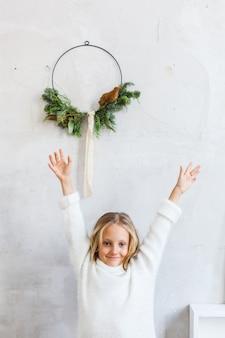 Meisje dat met het huis van kerstmisdecoratie op het nieuwe jaar wacht