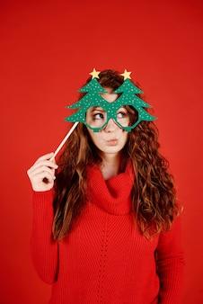 Meisje dat met kerstmismasker exemplaarruimte bekijkt