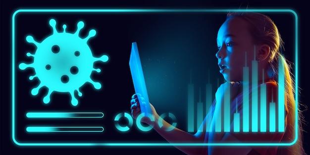 Meisje dat moderne interfacetechnologie en digitaal laageffect gebruikt als informatie over de verspreiding van de coronaviruspandemie. analyseren van de situatie met 's werelds telling van gevallen, gezondheidszorg, medicijnen en zaken.