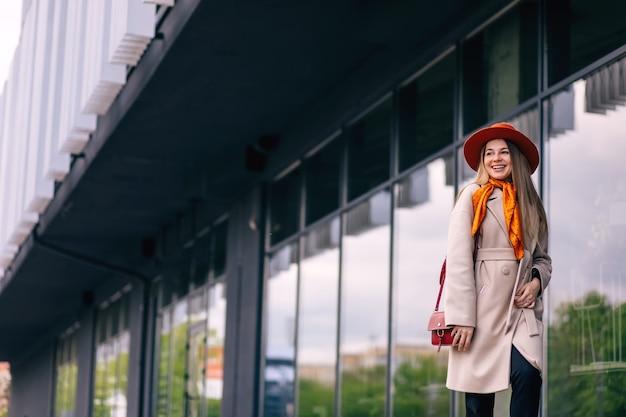 Meisje dat na het winkelen door de stad loopt. goed gezind.