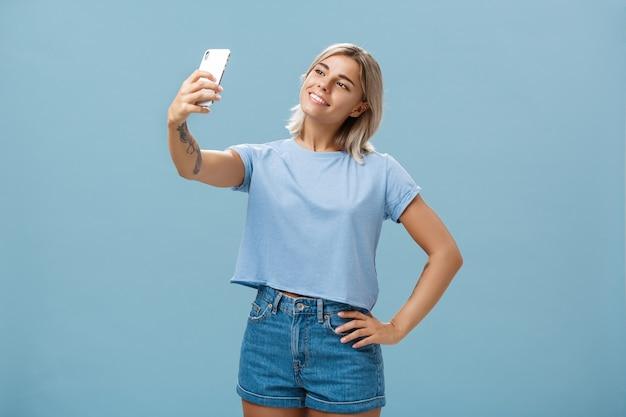 Meisje dat neemt selfie met nieuwe smartphone
