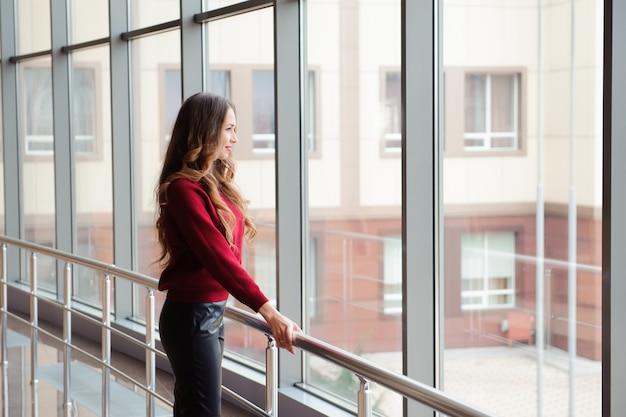 Meisje dat op de aankomst van het vliegtuig wacht