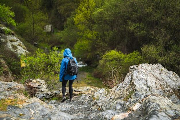 Meisje dat op de berg loopt terwijl het regent