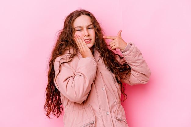 Meisje dat op roze muur wordt geïsoleerd met een sterke tandenpijn, kiespijn