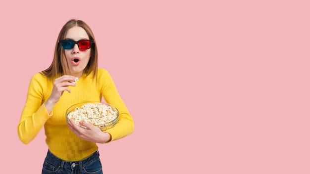 Meisje dat popcorn eet