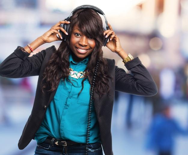 Meisje dat pret tijdens het luisteren naar muziek