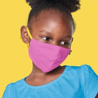 Meisje dat roze gezichtsmasker draagt