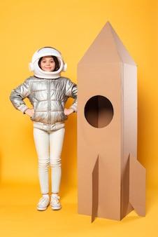 Meisje dat ruimteschipkostuum draagt