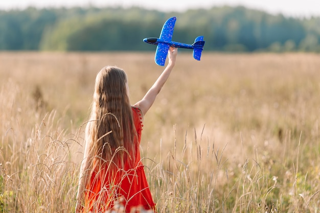 Meisje dat snel loopt en vliegtuigstuk speelgoed houdt