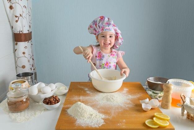 Meisje dat taarten in de keuken voorbereidt