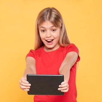 Meisje dat tablet bekijkt