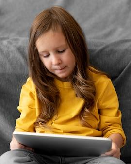 Meisje dat tablet gebruikt