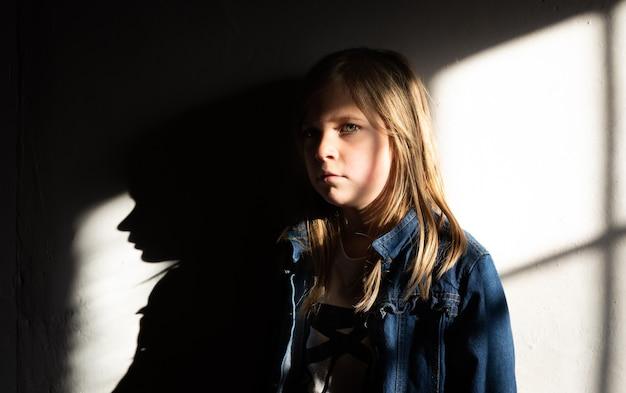 Meisje dat tegen de muur staat