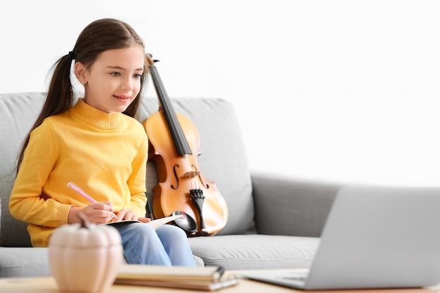Meisje dat thuis muzieklessen neemt