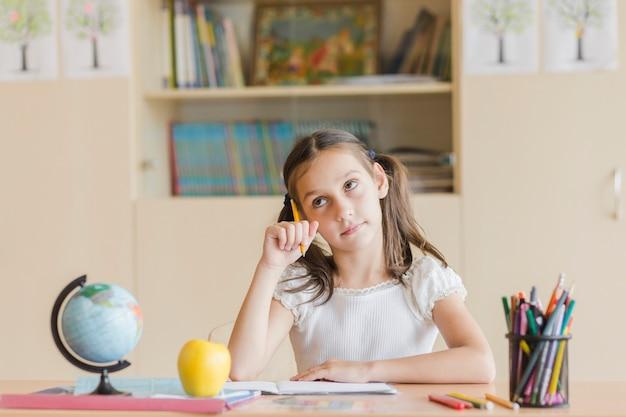 Meisje dat tijdens les denkt