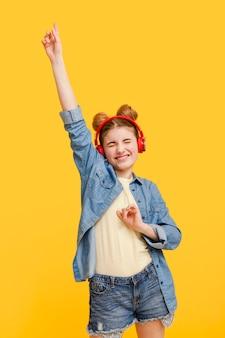 Meisje dat van muziek geniet