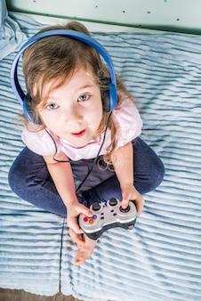 Meisje dat videospelletjes speelt