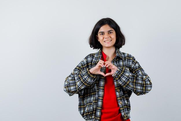 Meisje dat vredesgebaar in overhemd, jasje toont en gelukkig kijkt. vooraanzicht. ruimte voor tekst